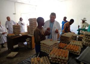 JL samen met lokale medewerker in gesprek in het eierlokaal
